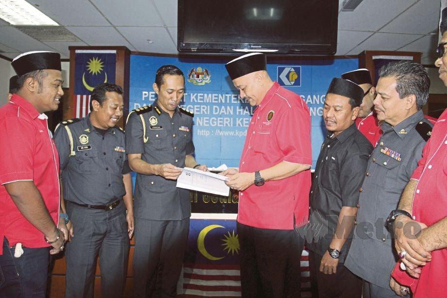 DR Mohd Fared (tiga dari kanan) berbincang dengan  Ketua Pegawai Penguat Kuasa Negeri, Azanizam Afendi Juri mengenai isu ejen tarik kereta.