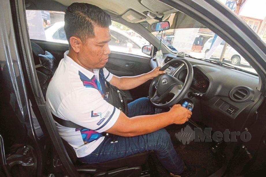 KHAIRUL Anuar menunjukkan kenderaan diubah suai bagi golongan OKU.