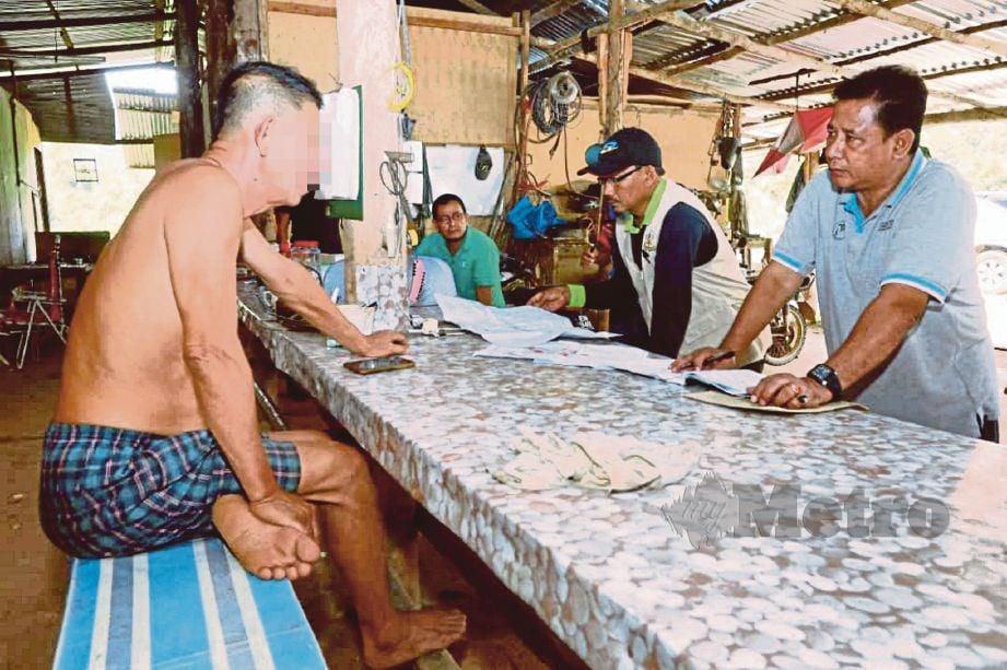 PEGAWAI penguat kuasa JPNP menyoal pekerja lombong emas di Hutan Simpan Kekal Ulu Jelai.