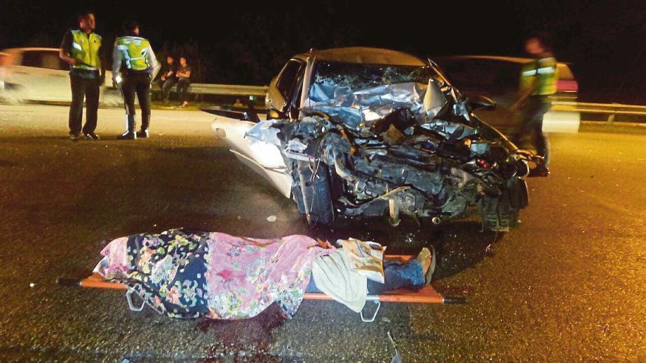 KEADAAN kereta yang remuk teruk akibat nahas di Jalan Salor-Pasir mas.