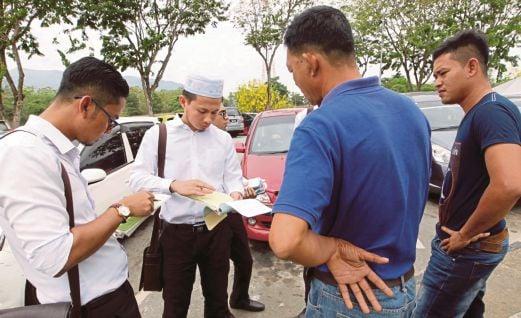 Petugas Jabatan Kesihatan Negeri Kedah memberi kompaun kepada perokok di Hentian Gurun, Lebuhraya PLUS arah selatan.