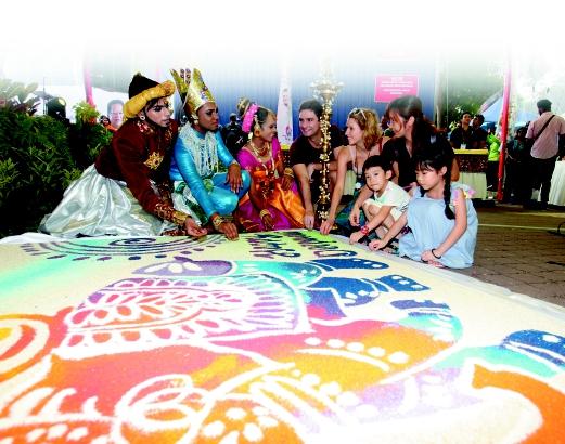 PENARI kebudayaan  bersama  pelancong pada Majlis Rumah Terbuka Deepavali anjuran Parti Progresif Penduduk  di Little India, Brickfields.