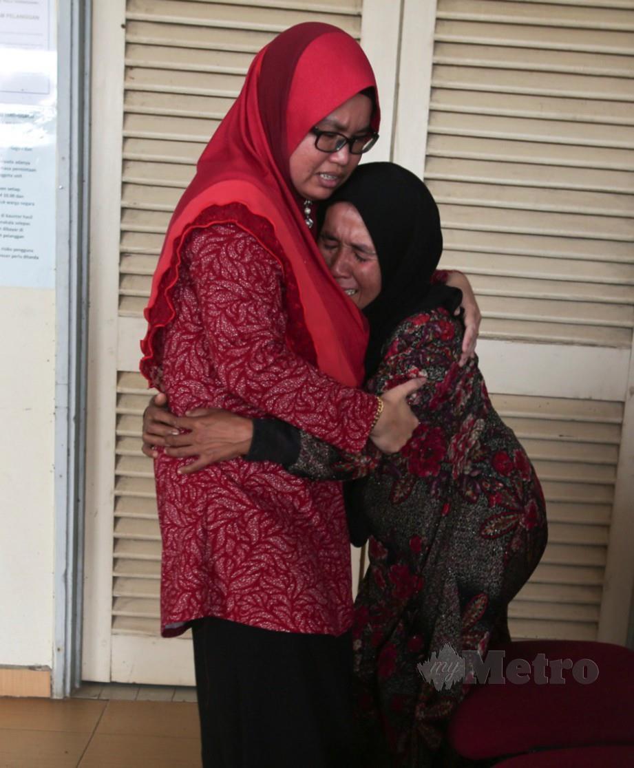 AHLI keluarga mangsa tidak dapat menahan kesedihan di Kuala Terengganu.
