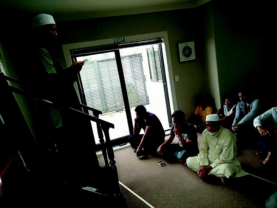 RUANG solat sedia ada di Taupo yang hanya dapat menampung 50 jemaah saja dalam satu-satu masa.