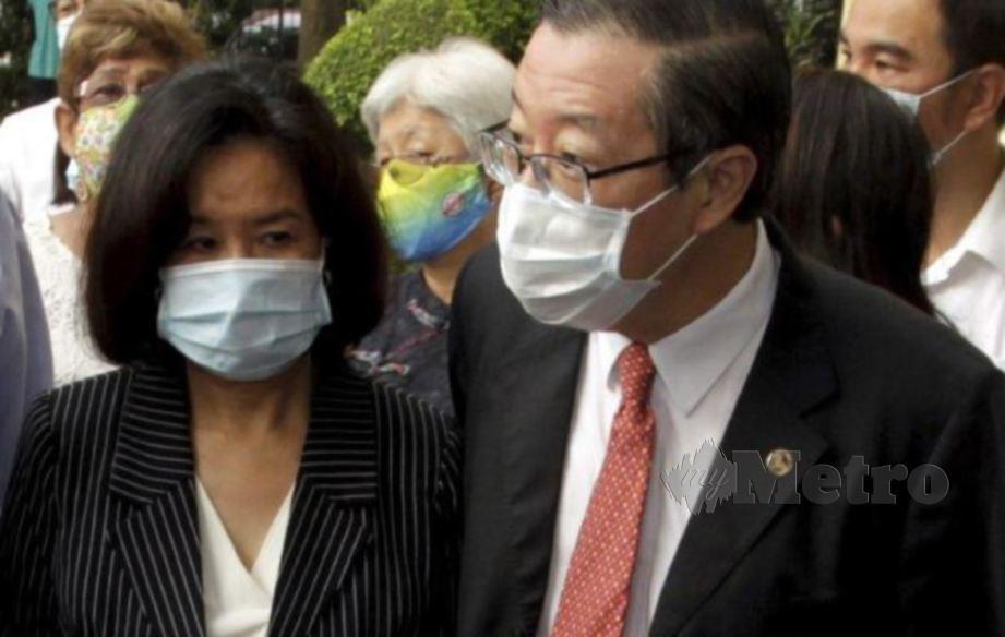GUAN Eng dan isterinya, Chew tiba di mahkamah. FOTO Danial Saad