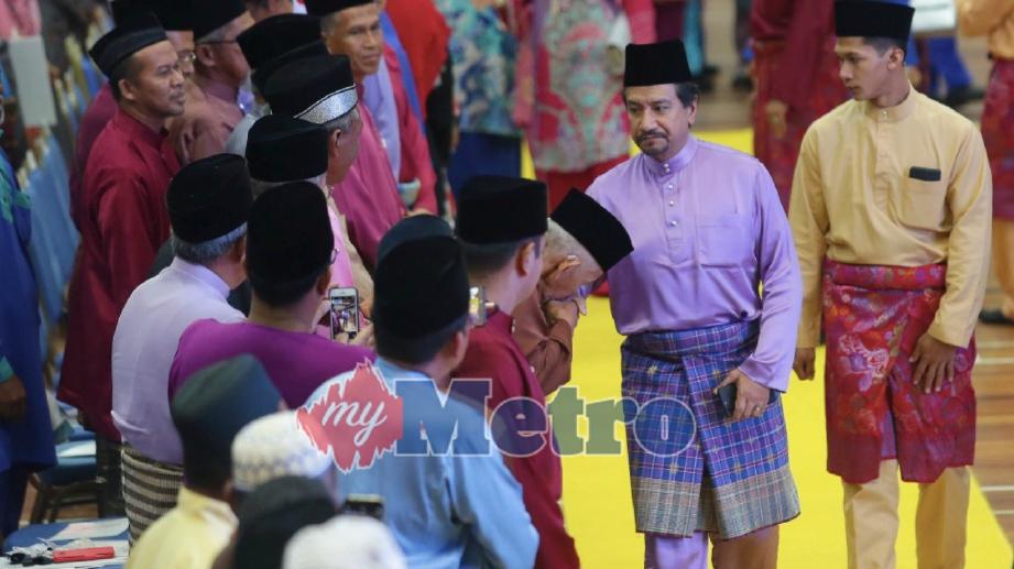 SULTAN Terengganu, Sultan Mizan Zainal Abidin bersalaman bersama peserta semasa berangkat pulang selepas merasmikan sambutan Maulidur Rasul Peringkat Negeri Terengganu di Stadium Negeri hari ini.  FOTO Ghazali Kori
