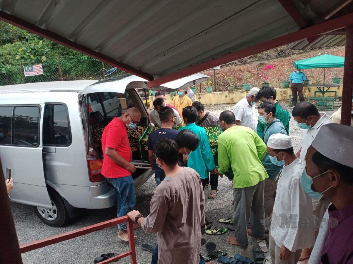 Jenazah Bilal 2 Masjid Kampung Baru Si Rusa, Ahmad Bahtin Khalid, 77, meninggal dunia ketika azan Subuh sedang berkumandang dan rebah di Masjid Kampung Baru Si Rusa, Port Dickson. FOTO MOHD KHIDIR ZAKARIA
