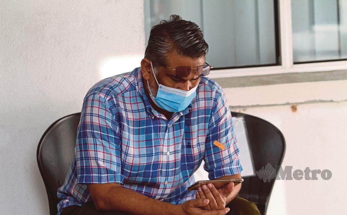Pengarah Urusan Almas Beauty & Health Sdn Bhd, Datuk Hassanal Bolkiah Abd Wahab  mengaku tidak bersalah atas pertuduhan pemilikan keluaran yang bukan keluaran berdaftar di Mahkamah Majistret Kuala Kubu Bharu, hari ini. FOTO MAHZIR MAT ISA