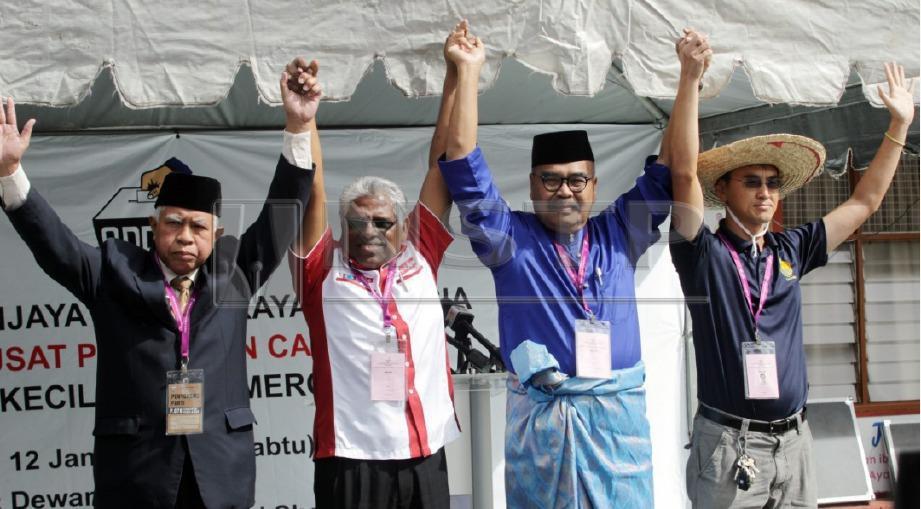 CALON Pakatan Harapan, M Manogaran (dua kiri); calon Barisan Nasional, Ramli Mohd Nor (dua kanan); calon bebas, Sallehudin Ab Talib (kiri) dan calon bebas Wong Seng Yee (kanan) akan bertanding untuk PRK Cameron Highlands. FOTO Farizul Hafiz Awang