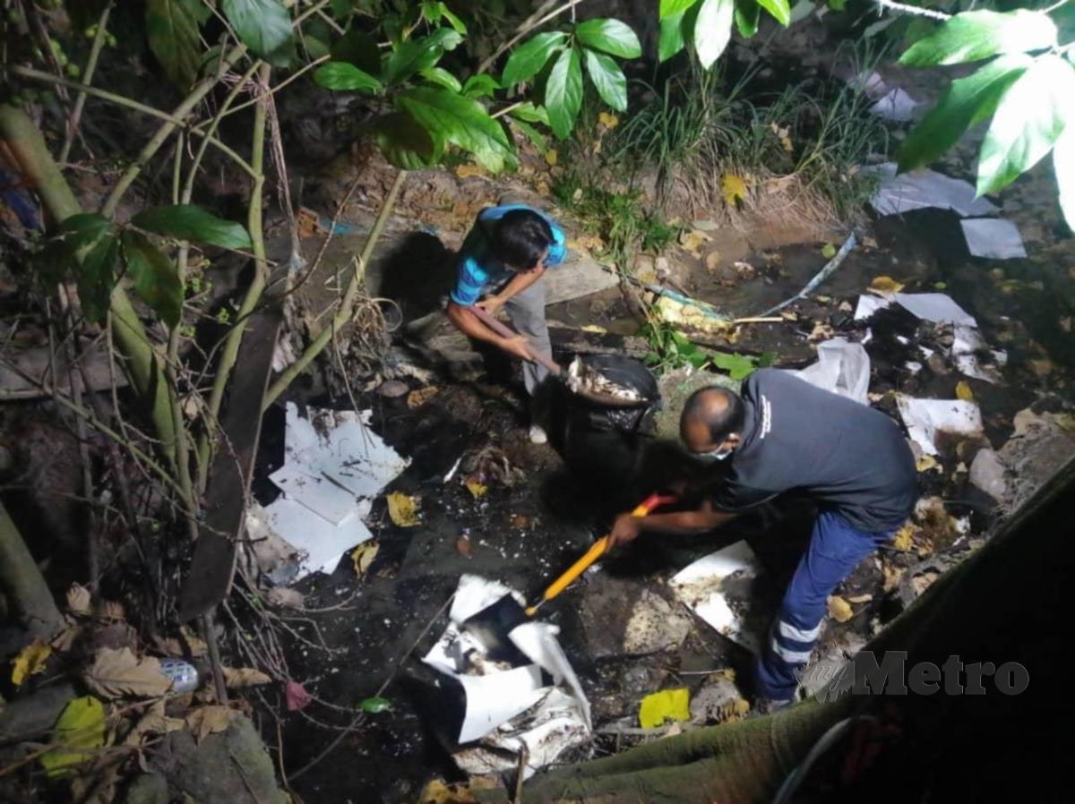 Kerja pembersihan pencemaran minyak hitam di alur air di Jalan KB1/9 Kampung Baru Balakong, Serdang, selesai sepenuhnya sekitar jam 11.30 malam tadi. FOTO Lembaga Urus Air Selangor