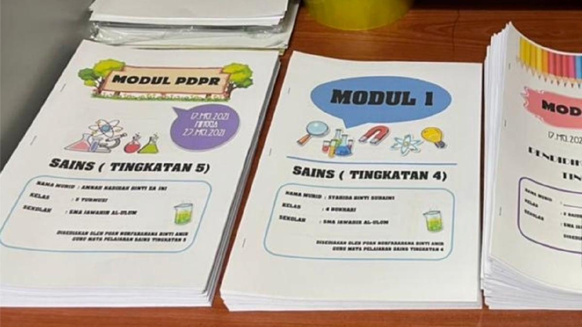 MODUL 'belajar sendiri' yang dibuat oleh guru Sekolah Menengah Agama Jawahir Al-Ulum di Batu Pahat, Norfarahana Amir bagi membantu pelajar yang tidak berupaya mengikuti sesi dalam talian PdPR. FOTO Bernama
