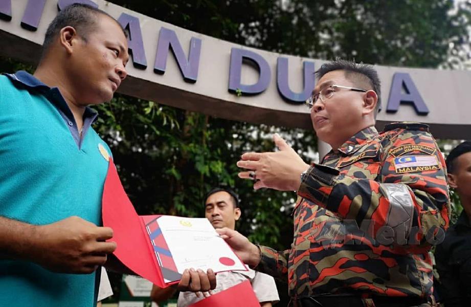 KHIRUDIN (kanan) memberi kata semangat kepada anggota MOCSAR. FOTO Norsyazwani Nasri