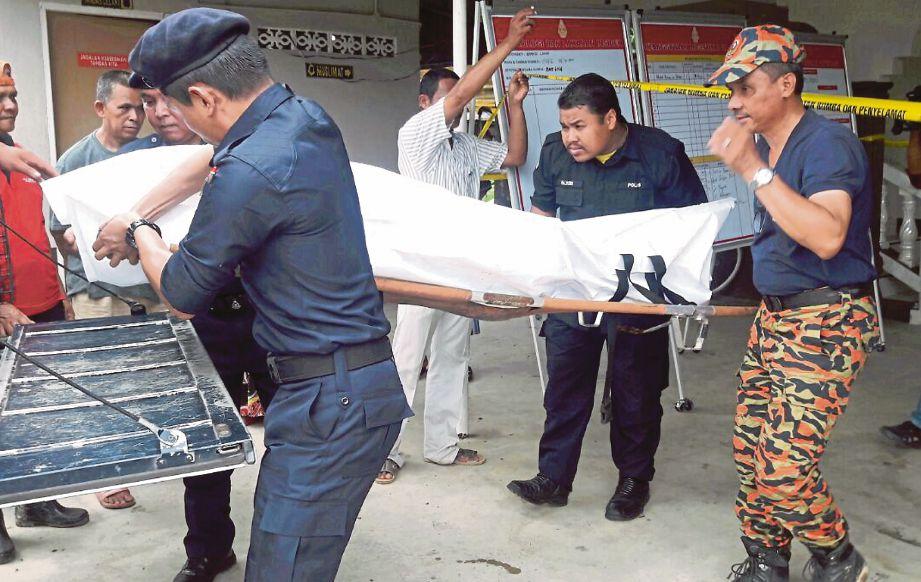 MAYAT Mohd Azwan dibawa ke hospital untuk bedah siasat.
