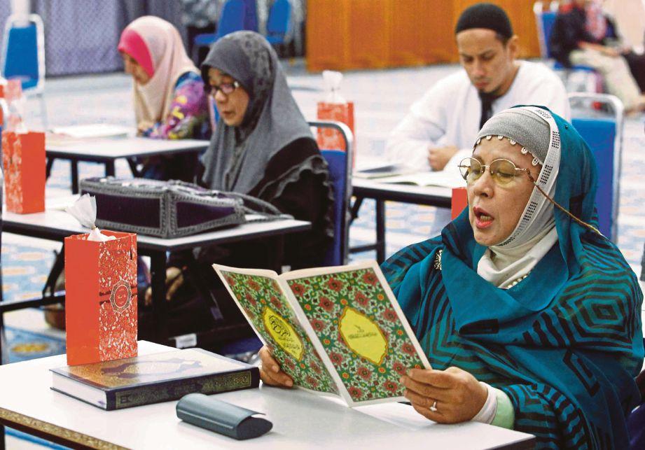 SEBAHAGIAN peserta membaca ayat suci al-Quran sempena sambutan World #QuranHour yang diadakan serentak di seluruh negara di Masjid Negara.