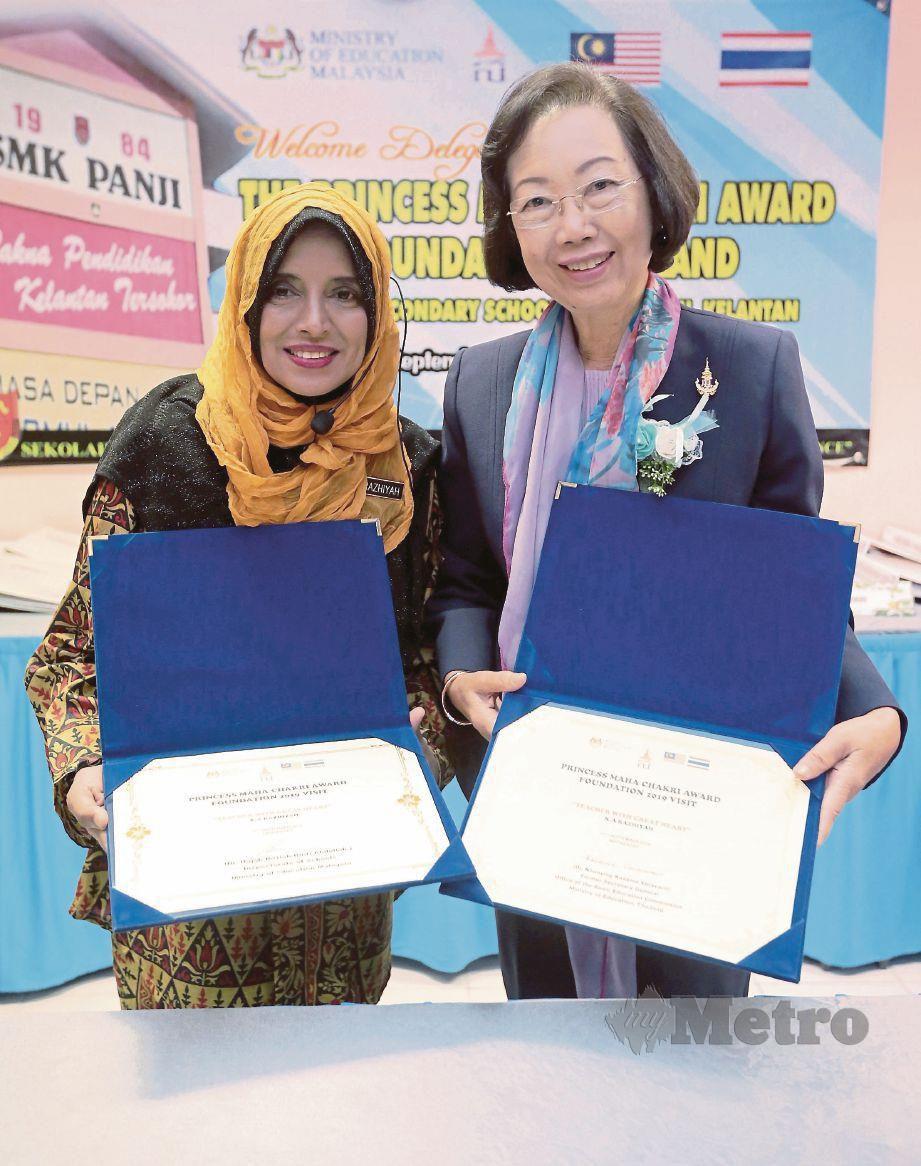 DR Khunying (kanan) menyampaikan sijil penghargaan kepada Razhiyah.