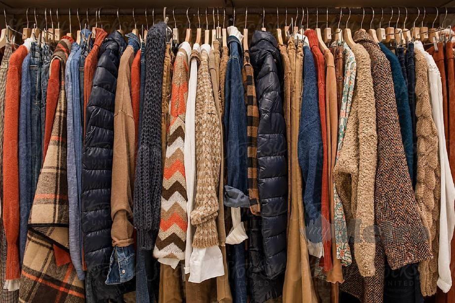 KEBIMBANGAN masyarakat untuk terus membeli pakaian bundle menyebabkan defisit pendapatan yang teruk kepada peniaga.