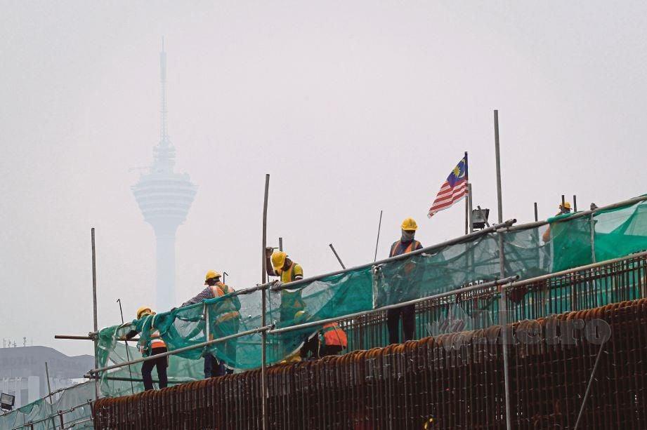 JEREBU di sekitar bandar raya menyebabkan Menara Kuala Lumpur hampir tidak kelihatan.