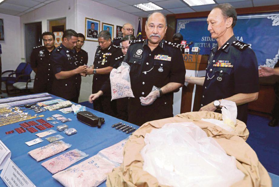 MOHD Mokhtar menunjukkan barang rampasan hasil serbuan terhadap lapan premis di Selangor dan Johor pada 9 Januari lalu.