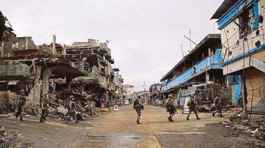 ASKAR Filipina meronda di sebatang jalan di Marawi selepas berjaya menawan semula bandar itu daripada militan Daish. - Agensi