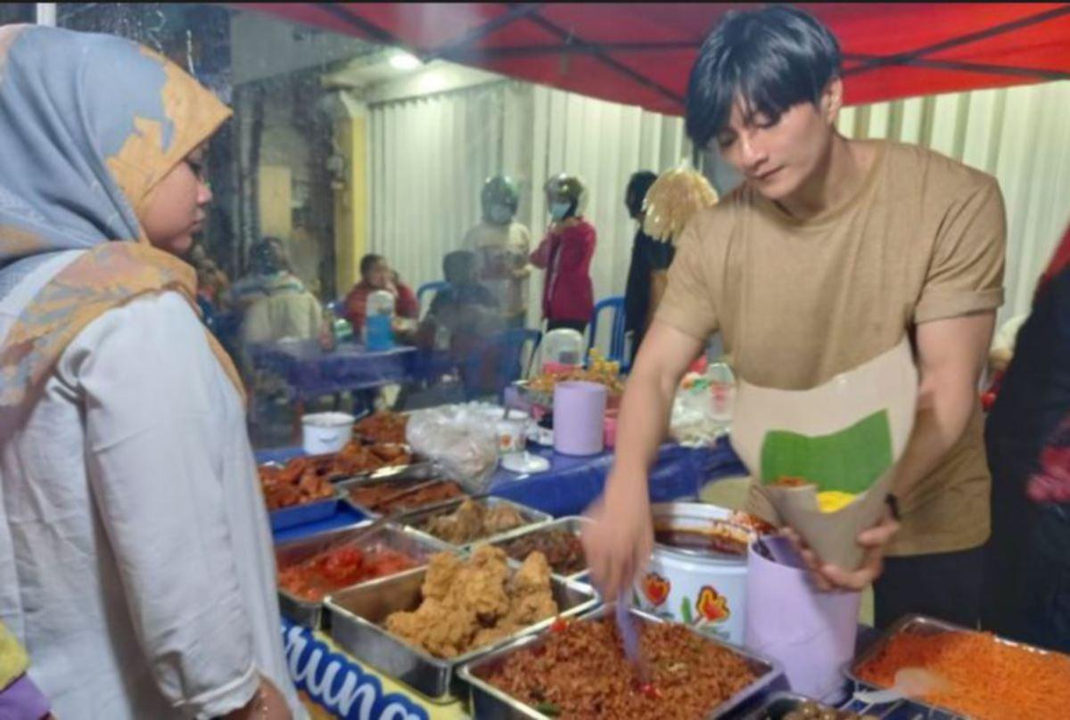 DODDY melayan pelanggan di warung nasi kuning ibunya. FOTO Agensi