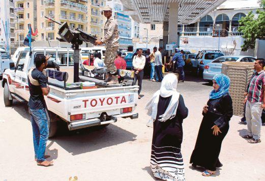 TENTERA yang setia kepada Presiden Abed Rabbo mengawal di bandar Aden, semalam.