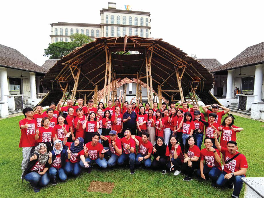 PELAJAR bersama staf Unimas menyertai beberapa aktiviti tanggungjawab sosial bersama komuniti setempat.