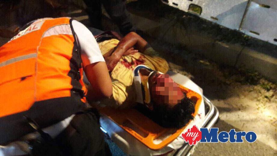 Mangsa diberikan rawatan awal di lokasi kejadian sebelum dibawa ke Hospital Putrajaya. FOTO ihsan Bomba