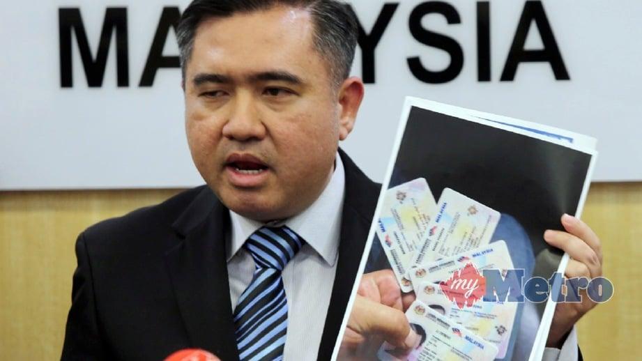 ANTHONY Loke menunjukkan contoh gambar lesen terbang ketika sidang media di Putrajaya. FOTO Abd Rahim Rahmat