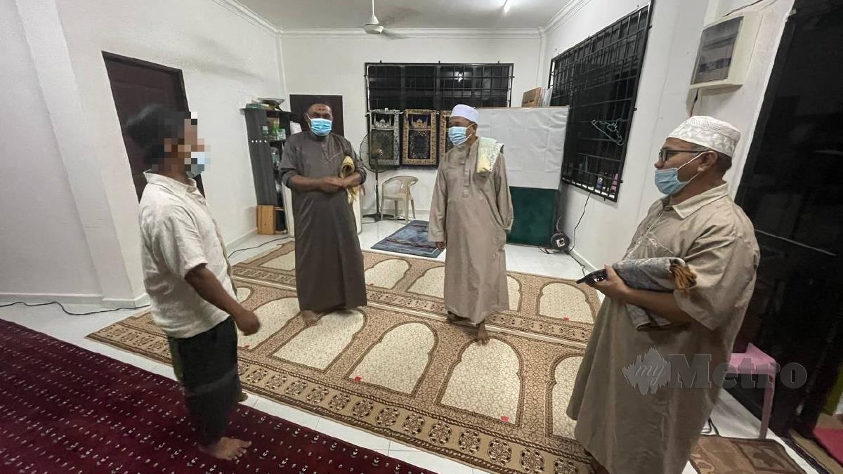 AWIE (kiri) bermesra dengan jemaah surau Kampung Al Falah selepas menunaikan solat sunat Tarawih. FOTO Ahmad Rabiul Zulkifli