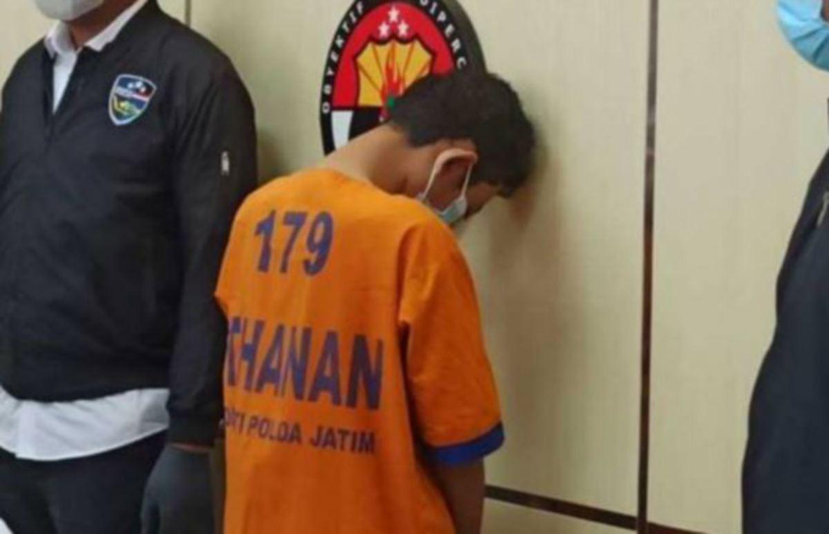 SUSPEK yang ditahan kerana dipercayai menjual surat perakuan palsu ujian saringan Covid-19. FOTO Agensi