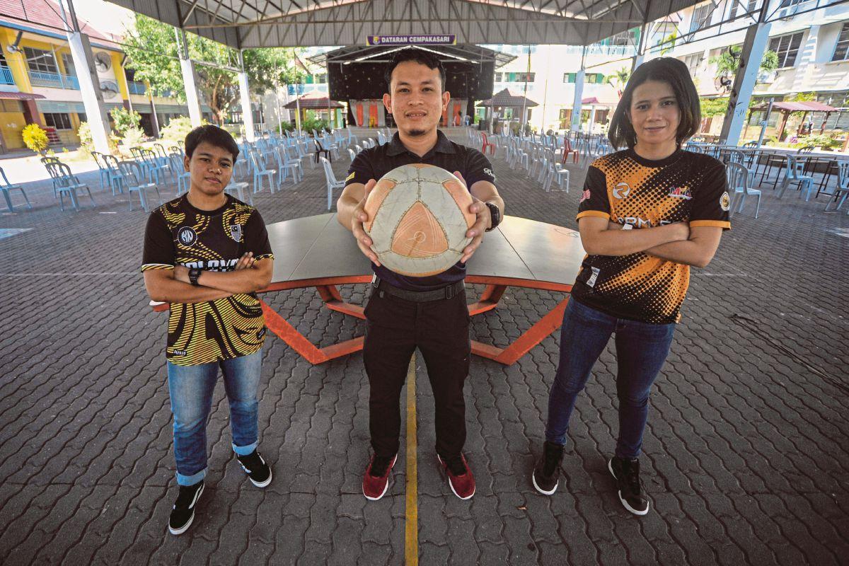 PEMAIN dan jurulatih teqball, Muhammad Farihan Md Said (tengah) bersama Siti Asnidah (kiri) dan Eva menunjukkan bola teqball khas dari luar negara.