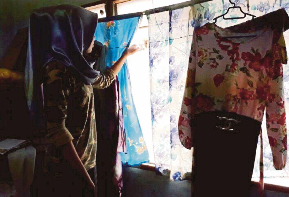 Penduduk Menunjukkan Tingkap Bilik Tidur Rumah Jirannya Di Dakwa Diintai Lelaki