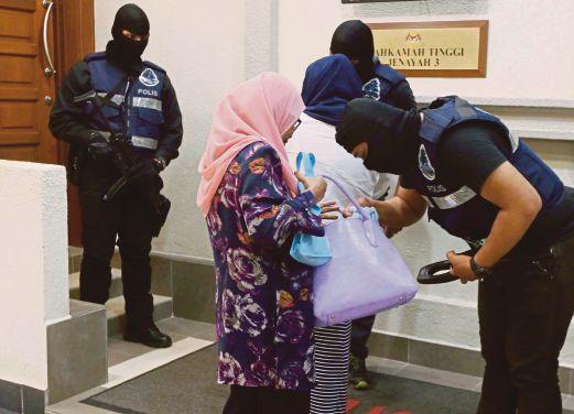 ANGGOTA polis mengenakan kawalan ketat sewaktu prosiding, semalam.