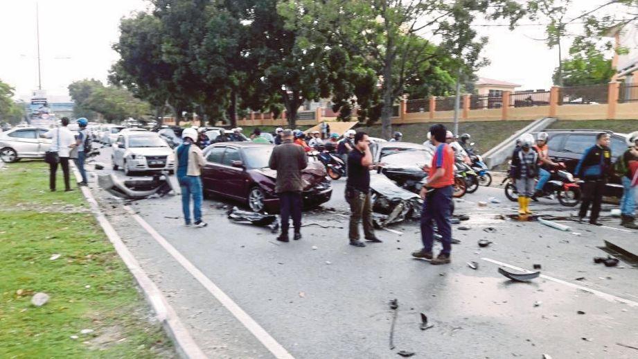 KERETA mangsa yang remuk akibat kemalangan di Jalan Saujana Impian, Kajang, kelmarin