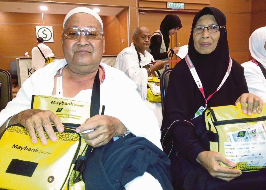 RABU ditemani isteri, Siti Narpah sebelum berlepas dari Kompleks Tabung Haji, Sepang.