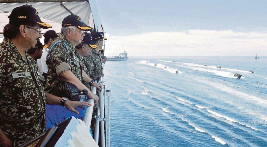 NAJIB dan  Musa menyaksikan pertunjukan aset tentera laut di Pangkalan Laut Tun Sharifah Rodziah di perairan ESSZONE.