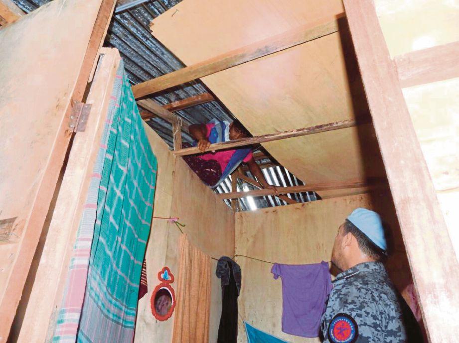 WARGA asing  bersembunyi di atas siling rumah kongsi.