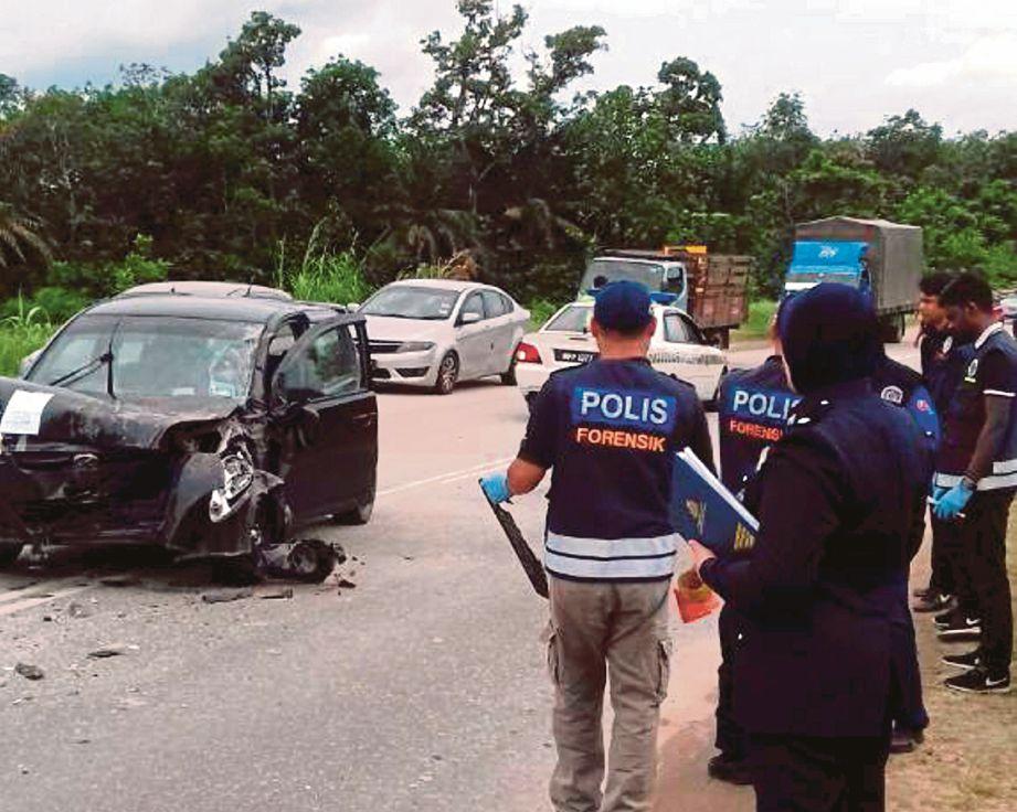 KEADAAN kereta mangsa selepas terbabit dalam kemalangan dengan sebuah lori.