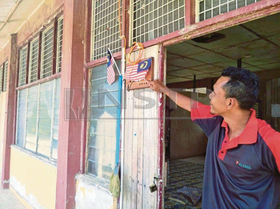 KHAIRUL memilih tinggal di SK Lebir kerana tidak mahu tinggal bersesak di rumah ibu bapanya.