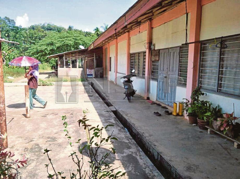 BANGUNAN lama SK  Lebir  yang menjadi tempat tinggal 12 keluarga. -Foto NSTP