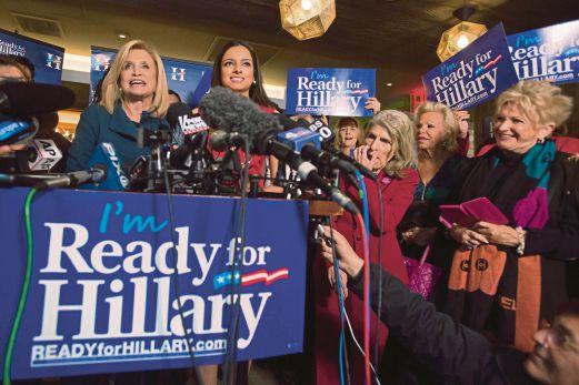 ANGGOTA Kongres Carolyn Maloney (kiri) bercakap ketika perhimpunan 'Ready for Hillary' di Manhattan, New York, semalam.