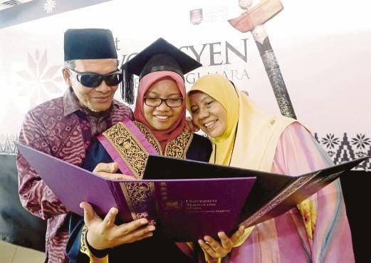 NUR Hanis menunjukkan sijil diterima kepada ibu dan bapanya.