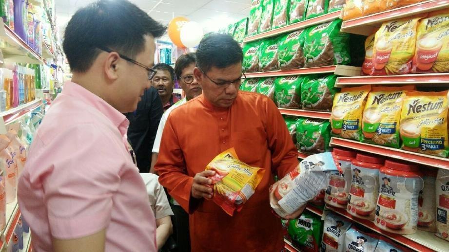 SAIFUDDIN (kanan) meninjau barangan di cawangan 99 Speedmart pertama di Kedah. FOTO Nor Farhani Che Ad