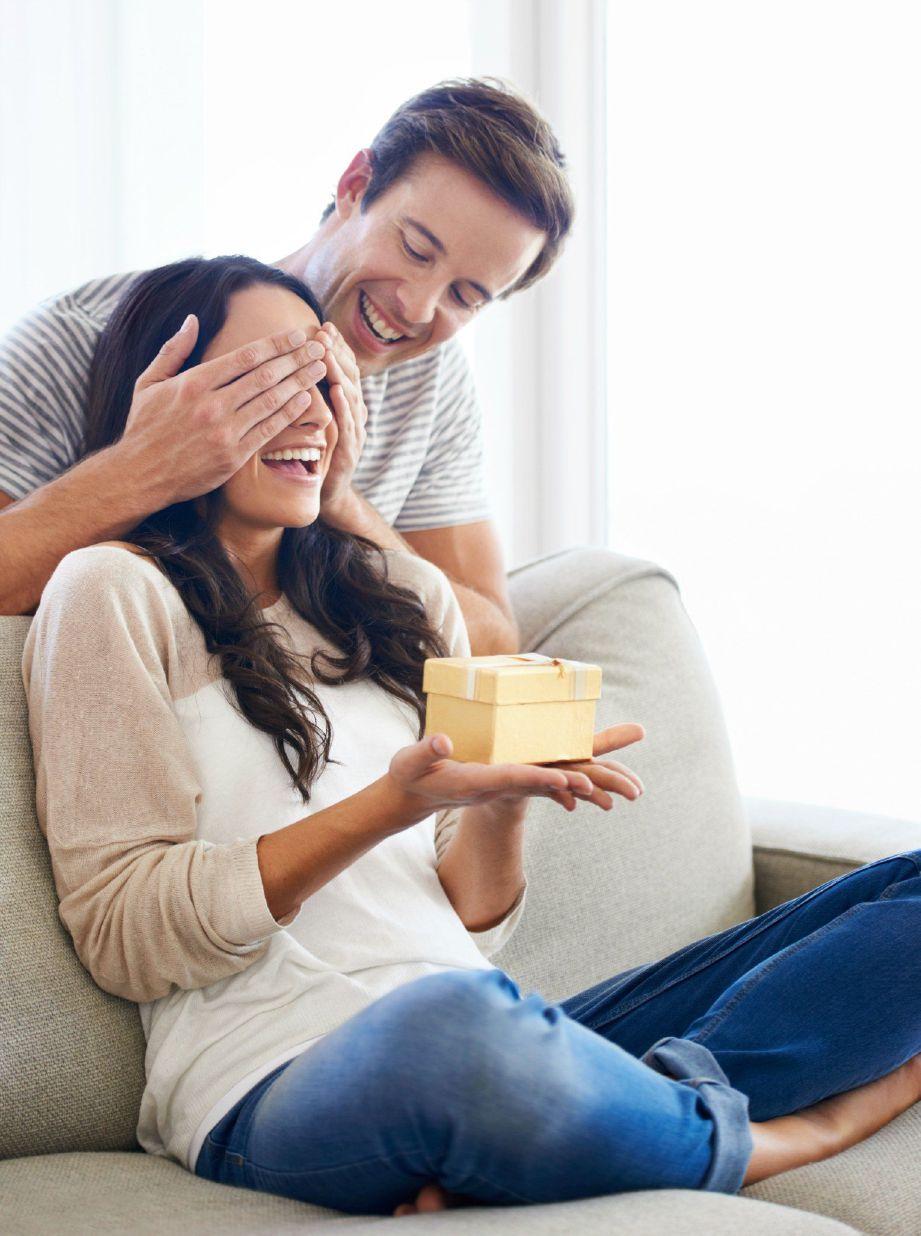 MELAKUKAN aktiviti yang mengembirakan setiap kali berjumpa dapat menjadikan hubungan suami isteri 'PJJ' lebih rapat. - FOTO Google