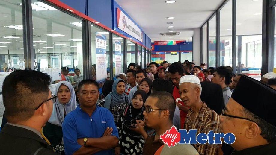 ORANG ramai bersesak untuk mendapatkan nombor giliran di pejabat JPN di UTC Tawau. FOTO Abdul Rahemang Taiming