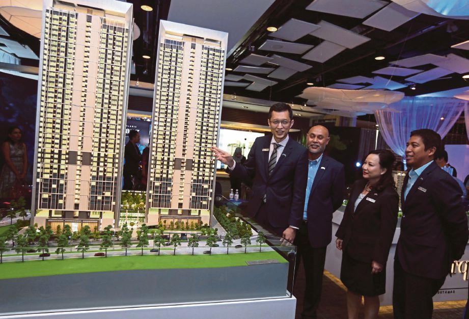 ANWAR (kiri) bersama Ketua Pegawai Operasi Pembangunan, Datuk Roslan Ibrahim (dua dari kiri), Ketua Pegawai Kewangan, Mohamed Rastam Shahrom (kanan) dan Ketua Pegawai Pemasaran, Pam Loh pada pelancaran Residensi Solaris Parq di Kuala Lumpur.