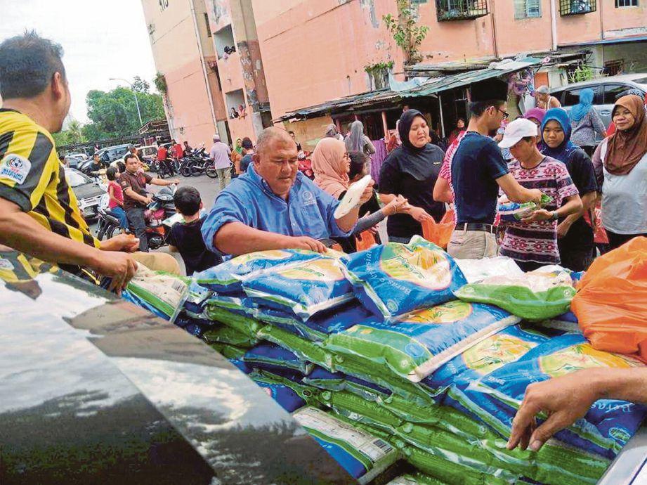 SUASANA Pasar Marhaen yang dianjurkan Team Marhaen bagi membantu golongan miskin mendapatkan barangan pada harga murah.