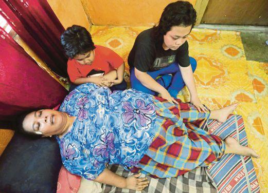 ROSMAH bersama anak sulung, Nur Liyana (kanan) dan Nur Syakirah ketika ditemui di rumah mereka di Perumahan Keda.