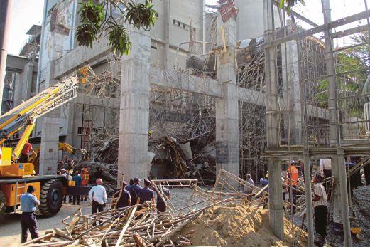 PASUKAN penyelamat berusaha mencari pekerja yang terperangkap dalam runtuhan bumbung kilang di Mongla, Bangladesh, semalam.