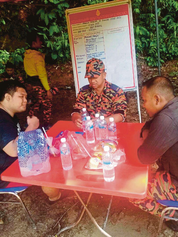 Anuar (kiri) di pos kawalan bomba di Kampung Pertak.
